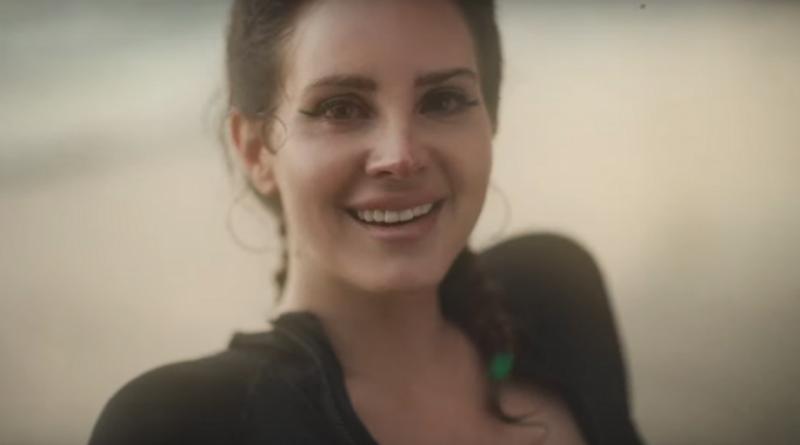 "Lana Del Rey lança vídeo para as novas 'Fuck It I Love You' e ""'The Greatest'"